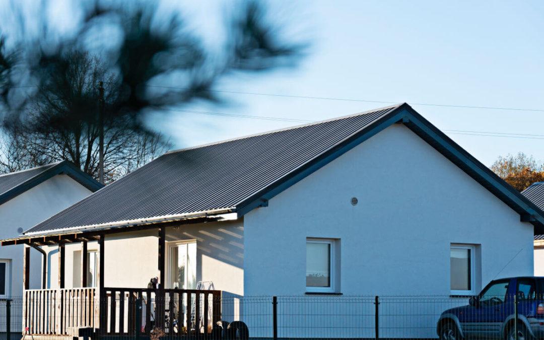 Dach dwuspadowy domu jednorodzinnego pokryty blachą trapezową T18-E