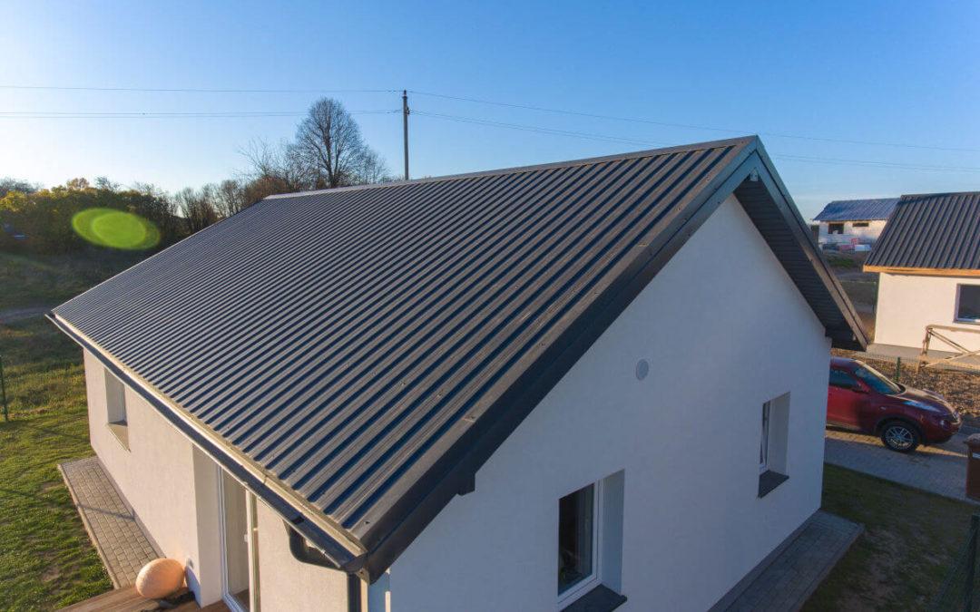 Dach dwuspadowy pokryty blachą trapezową o średnim profilu